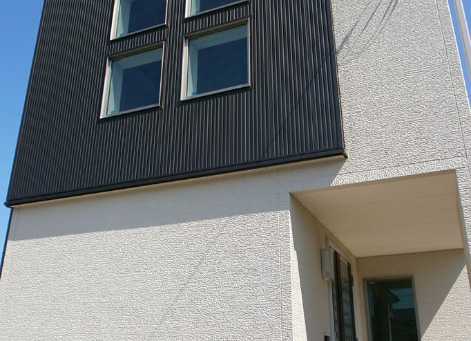 外観は白い壁と黒いガルバリウム鋼板のモダンスタイル。