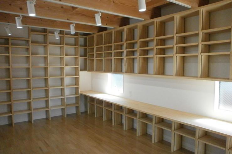 1Fは書庫とフリースペース。壁に造作のカウンターと稼動棚を設けています。