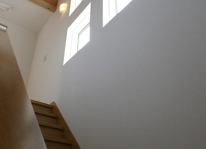 南向きに階段を配置。4連窓で光がさす、とても明るい階段です。